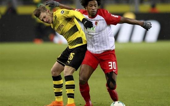 Augsburg ghi được 2 bàn thắng ở những phút cuối.