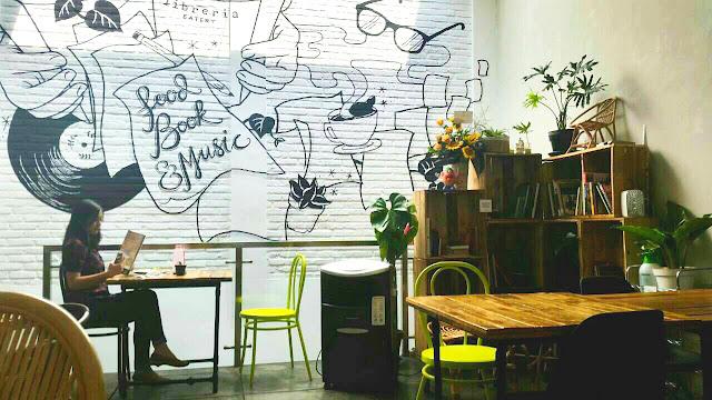 Membaca di sebuah cafe pustaka, Omah1001