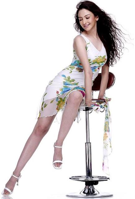 Saumya Tandon legs