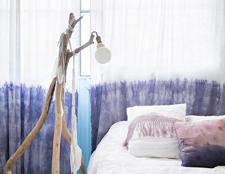 dormitorio-bohemio-estilo-nordico-cortinas-tyedye-lampara-palos-plumas-flecos-boho-chic