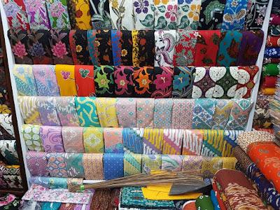 Seragam batik muslim dengan motif anggun 123
