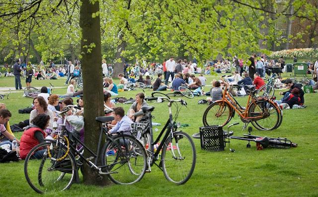 Parque Vondelpark em Amsterdã - pessoas relaxando