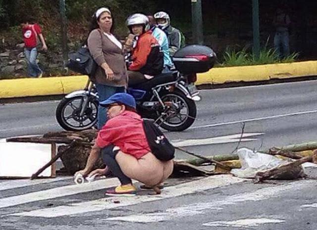 """Mujer """"Se caga"""" en una barricada contra el régimen"""