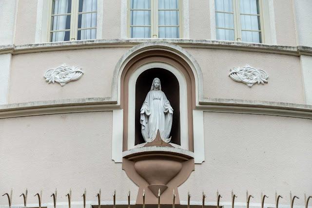 Casa Provincial das Filhas da Caridade de São Vicente de Paulo - detalhe de imagem na fachada