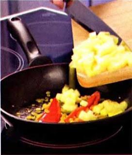 Разогреваем оставшееся растительное масло в неглубокой сковороде. Чистим креветки и обжариваем их в масле 3- 4 минуты, поешивая. Солим по вкусу.