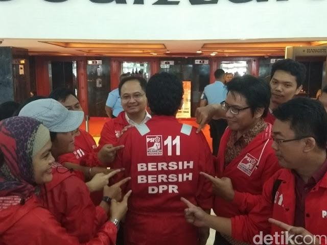 Caleg PSI Pakai Baju 'Cleaning Service': Pengin Bersih-bersih DPR