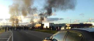 Em protesto contra reformas, manifestantes bloqueiam rodovias federais no Paraná