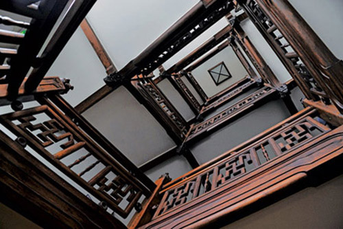 Các chi tiết trang trí bằng gỗ trong nội thất được bố cục, xử lý rất hài hoà và tinh tế.