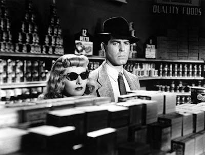 """L'attrice Barbara Stanwyck nel film """"La fiamma del peccato"""" del 1944"""