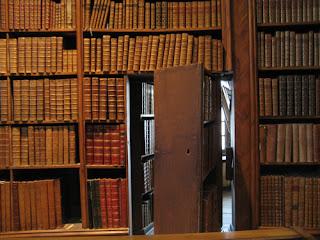 rejtett szoba a könyvespolc mögött