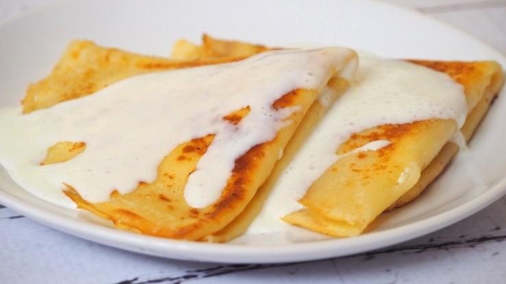 Naleśniki z białym serem i słodką śmietaną