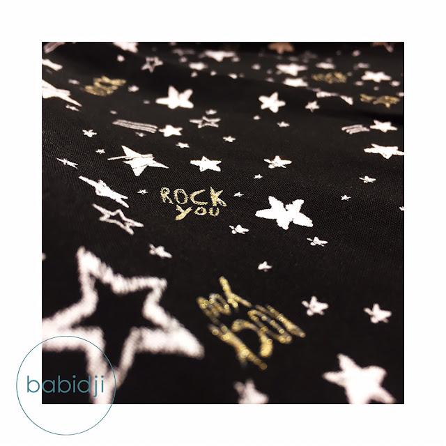 tissu d'une robe fille Chipie en gros pan avec étoiles et texte Rock you