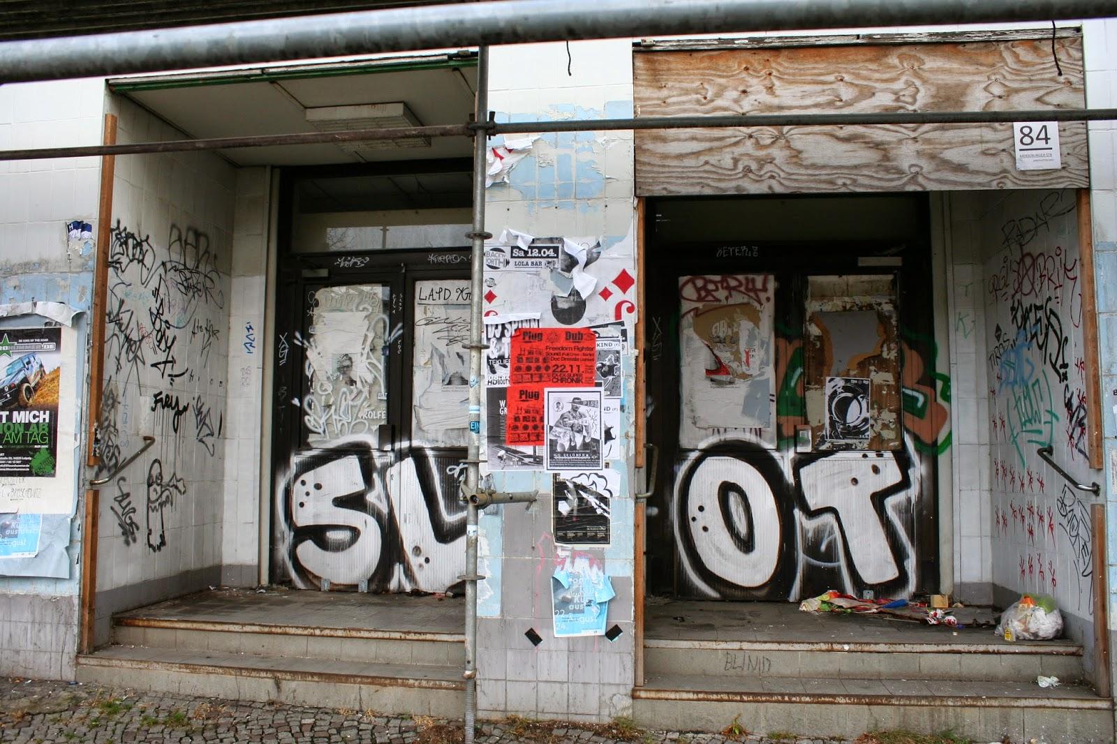 """Ein seit Jahren mit zwischenzeitlich kurzer Öffnung für Ausstellungen verschlossener Eingang am """"Kaufhaus Held"""" in der Merseburger- Ecke Demmeringstraße im Stadtteil Lindenau"""