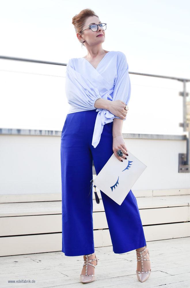Blaue Marlene Hose, Hellblaue Bluse mit Puffärmeln und Schleife