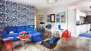 Sala decorada sofá azul