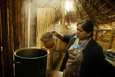 Mujer mapuche prepara hierbas medicinales en el Ruca, lugar donde el Machi atiende a los pacientesCarlos Barria