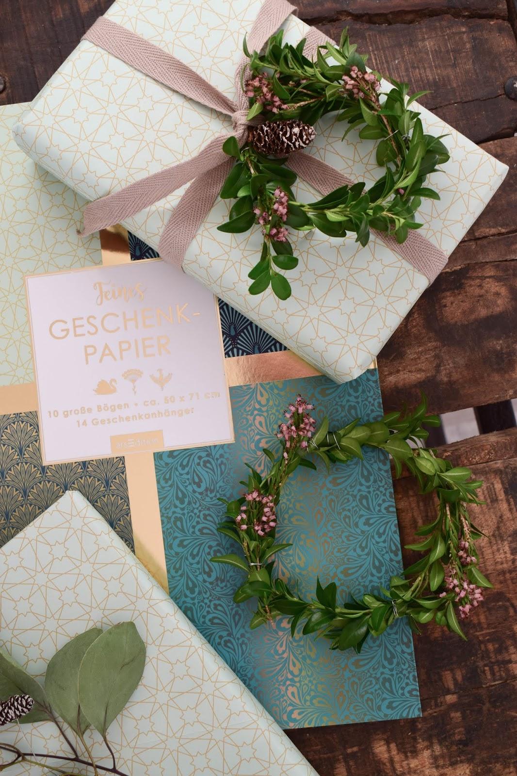 Geschenkverpackung Idee arsEdition Geschenkpapier Buchskranz eukalyptus Zapfen Dekoidee schön verpacken für Weihnachten Weihnachtsgeschenk DIY Zapfenkette arsEdition