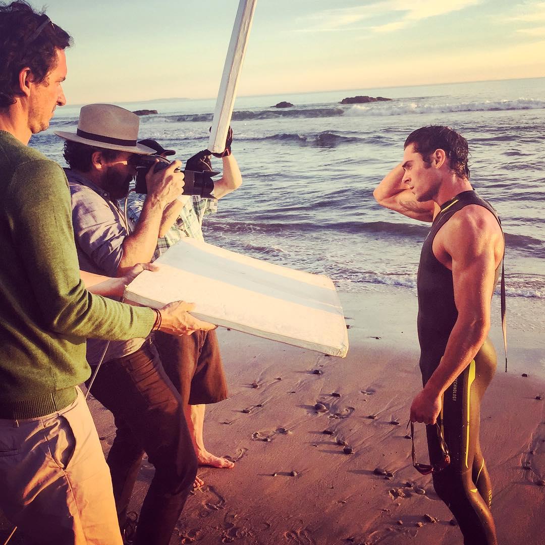 Zac Efron durante ensaio realizado em praia de Malibu, na Califórnia. Foto: Divulgação