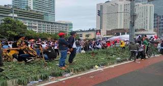 Usai Parade Budaya 412, Taman Bundaran HI Rusak dan Sampah Berserakan, Ini Foto-Fotonya