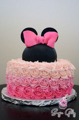Tort botez Minnie Mouse cu trandafiri in degrade