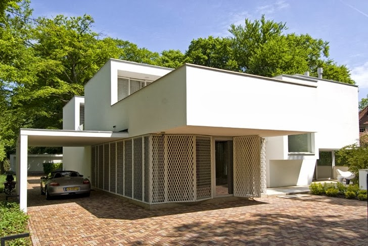 Front facade of Modern home by Clijsters Architectuur Studio