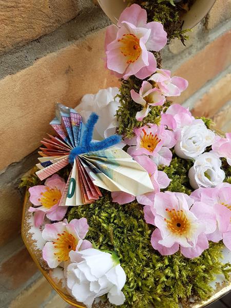 schwebende Tasse aus alter Sammeltasse und Blumen