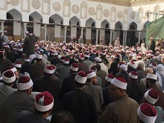 بالصور أئمة المساجد في الجامع الأزهر يعترضون على وزير الأوقاف