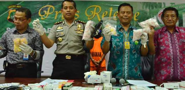 Wakapolres Metro Bekasi AKBP Wijionarko (kedua kiri) menunjukan barang bukti senjata api dan sejumlah jenis obat-obatan terlarang saat ungkap kasus di Mapolres Metro Bekasi, Jumat (22/9). Foto:Raiza Septianto/Radar Bekasi