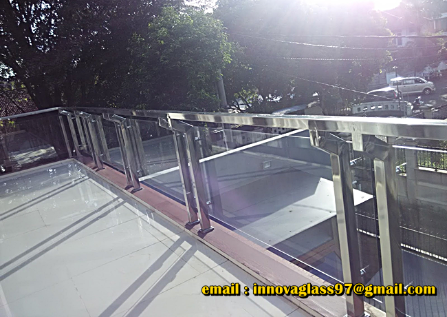 Railing Balkon Kaca Kombinasi Stainless