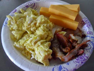 Low-Carb Breakfast: Scrambled eggs, bacon, cheddar cheese