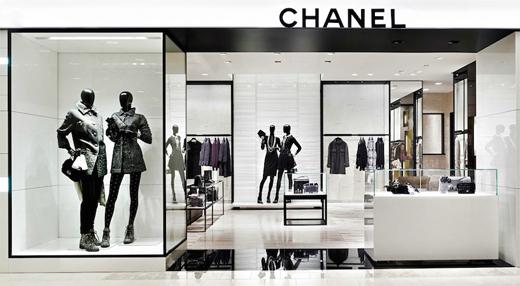 60fca8e5b Além disso, sua criadora, Coco Chanel, transformou gotas de perfume em  símbolo de sensualidade e ajudou a libertar as mulheres dos desconfortos e  ...