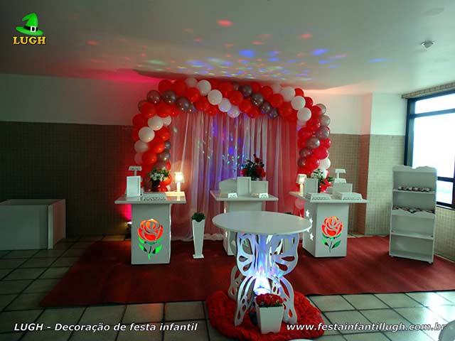 Decoração provençal com rosas iluminadas para aniversário feminino