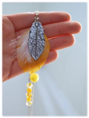 pendentif plumes jaune et blanc, breloque argentée monté en sautoir
