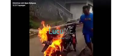 Cara Padamin Api di Ban Motor yang Terbakar Ini Gokil Banget