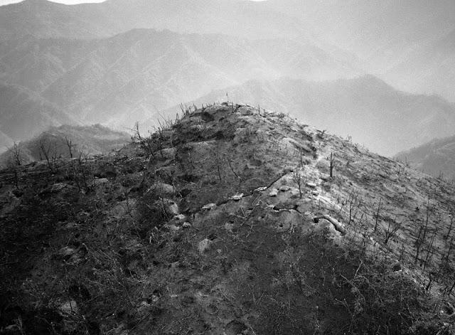 Una montaña sin vegetación debido a los bombardeos