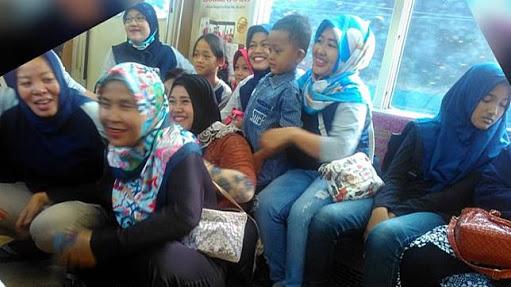 Ketika Sekelompok Emak-Emak Bersatu, Seisi Kereta Jadi Terdiam. Bahkan Lihat Apa yang Terjadi Pada PKD Malang Ini