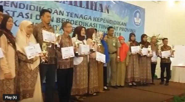 JUARA : Suasana pemberian hadiah para Juara Lomba Guru dan Tenaga Kependidikan Berprestasi Tahun 2018 Tingkat Kalbar.  Foto Asep Haryono