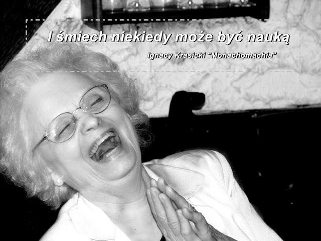 śmiejąca sie starsza kobieta