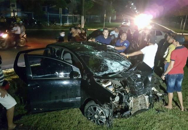 Motorista avança rotatória e capota com 4 pessoas no veículo com Fox