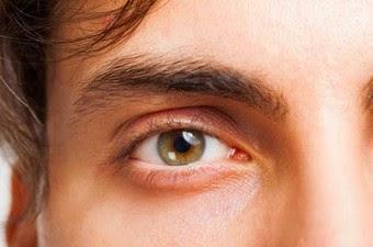 Τι συμβαίνει και βλέπουμε μυγάκια, κηλίδες ή τριχίτσες στα μάτια μας; Πόσο σοβαρό μπορεί να είναι;