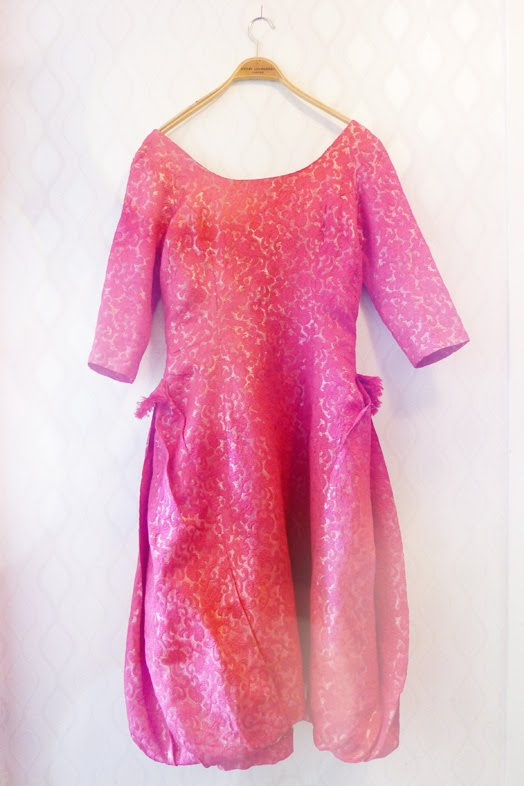 816dd2554ccf En klänning med guldtrådar i strlk 38, den heter Marlén och är ateljésydd.  Uppdatering: obs obs den här klänningen har ett reservationspris, ...