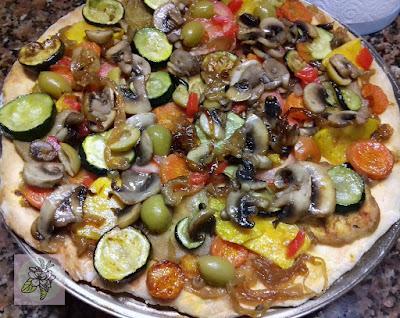 Pizza Vegana de Verduras Asadas y Cebolla Caramelizada