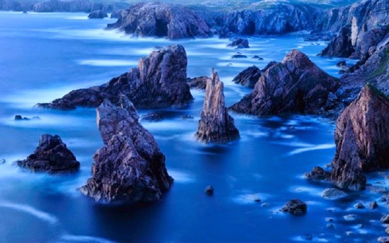 """Las """"islas Hébridas"""" son un extenso archipiélago en la costa oeste de Escocia. El mar que las baña pertenece a un brazo del océano Atlántico y lleva como nombre, mar de las Hébridas. Las islas Hébridas pertenecen al Reino Unido de Gran Bretaña e Irlanda del Norte. Desde el punto de vista geológico, se ha comprobado que este archipiélago está compuesto por las rocas más antiguas de las islas Británicas."""