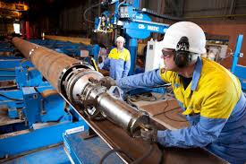 Medewerkers van Tata Steel aan het werk in de fabriek