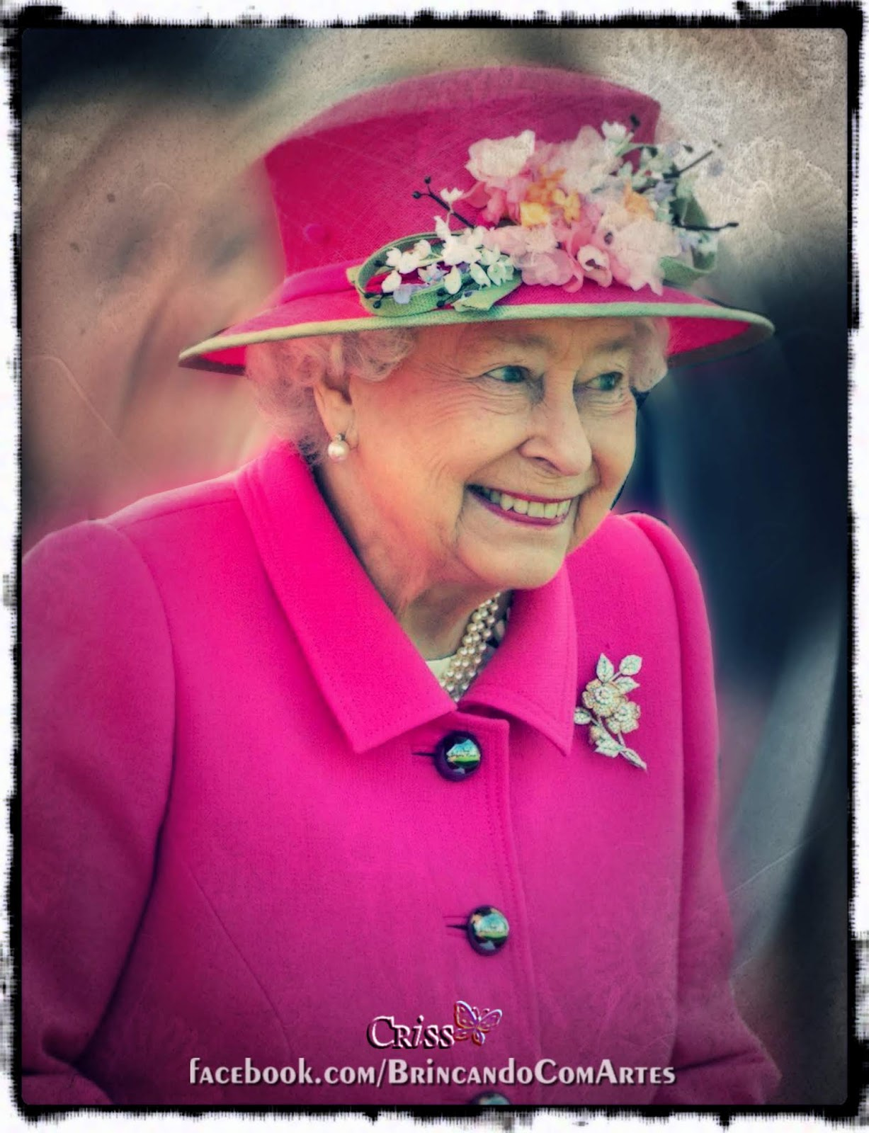 Elizabeth II, a Rainha da Inglaterra, usando um traje rosa