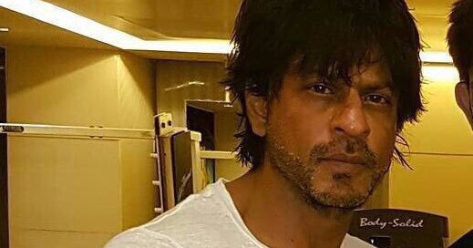 Social Humour: Shahrukh Khan And His Outfit Gets Roasted On Twitter