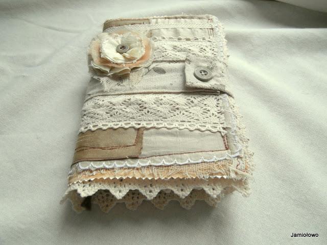 notes w ubranku z materiałów
