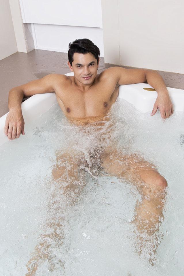 Dançarino do Faustão posa nu na banheira de uma suíte de motel. Foto: Leonardo Santos