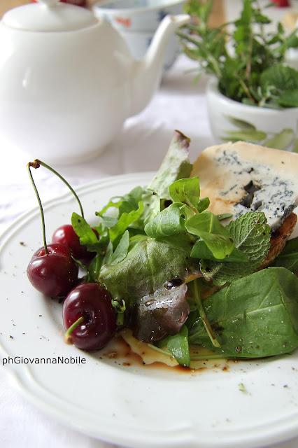 Insalata di misticanza, ciliegie e gorgonzola