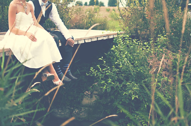 enamorados sentados en un puente